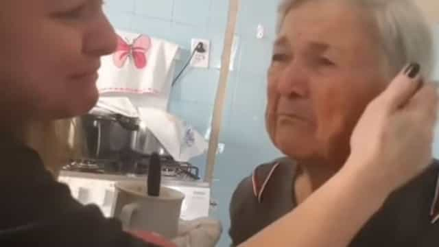 O emocionante momento em que mulher com Alzheimer reconhece a neta