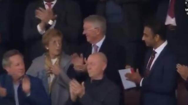 A arrepiante ovação dos adeptos no regresso de Ferguson a Old Trafford