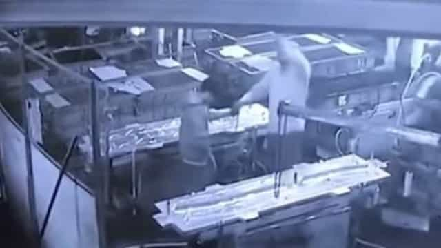 Mata acidentalmente funcionário ao colocar-lhe pressão de ar no rabo