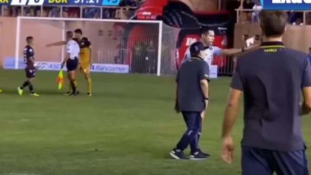 Maradona perde e envolve-se em grande confusão em campo