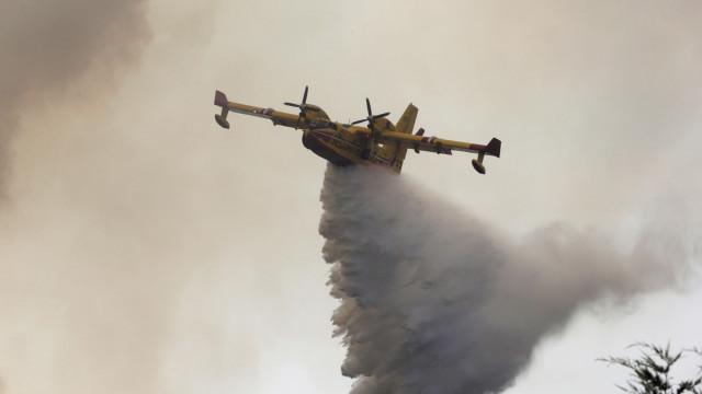 Meios aéreos voltam ao combate ao incêndio em Tabuaço