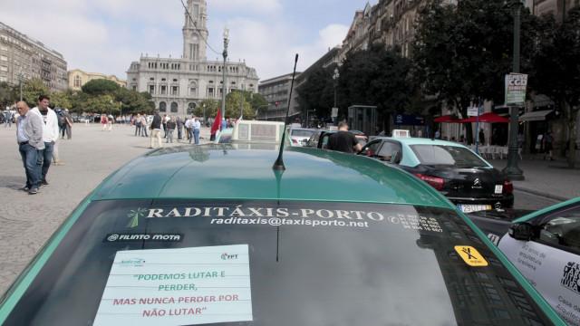 """Taxistas concentrados no Porto """"com expectativa"""" na vigília de Lisboa"""