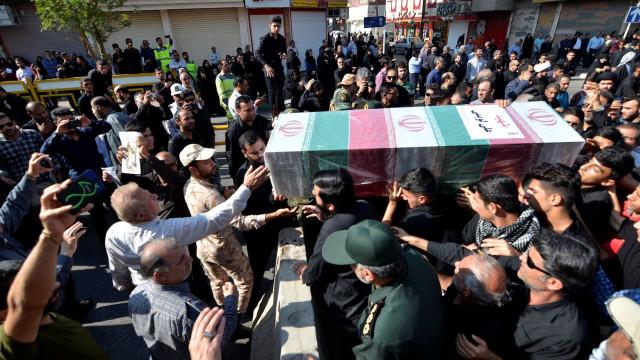 Milhares de pessoas nos funerais das vítimas do atentado no Irão