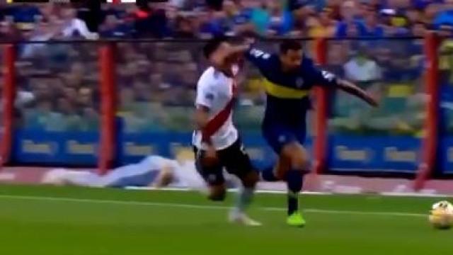 Enzo Pérez alvo de cotovelada. Adversário viu um cartão... amarelo