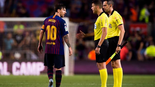 Messi irritado: Árbitro ficou de mão estendida em pleno relvado