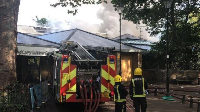 Cerca de 100 bombeiros combatem incêndio em Londres