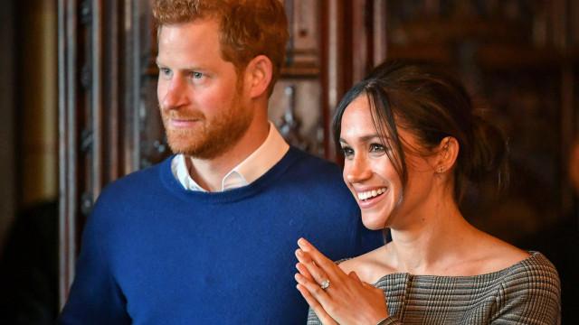 Casa real inglesa põe à venda réplica de anel de noivado de Meghan Markle