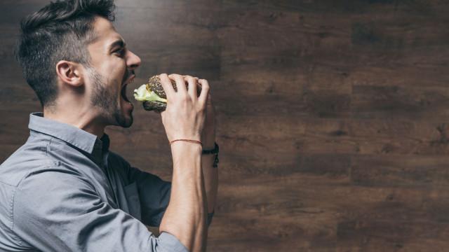 Sente-se sempre com fome? Oito sinais de que está a comer pouca proteína