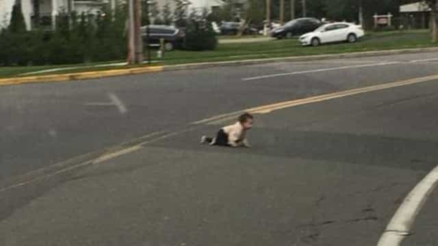 Condutor para trânsito após ver bebé a gatinhar na estrada