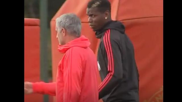 Câmaras da Sky Sports captam momento de alta tensão entre Mou e Pogba