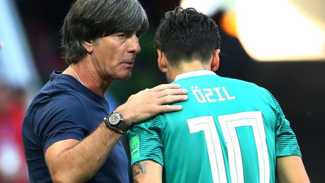 Joachin Low quis falar com Ozil, mas Emery barrou-lhe a entrada