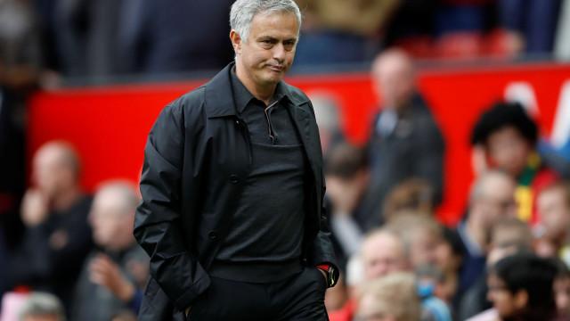 Gary Neville iliba Mourinho e 'atira-se' à direção do United
