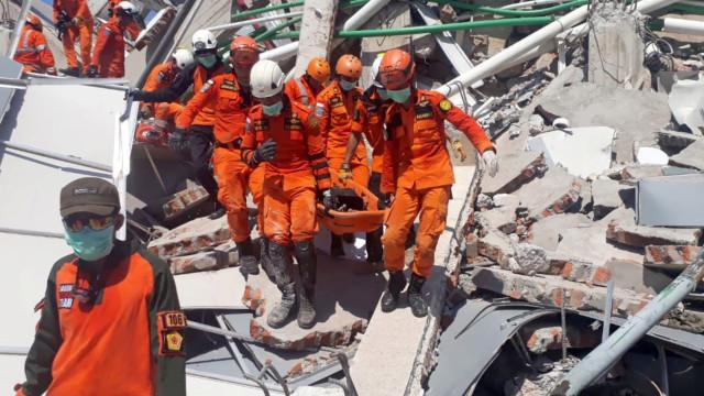 Aeroporto reabre para acelerar chegada de ajuda humanitária à Indonésia