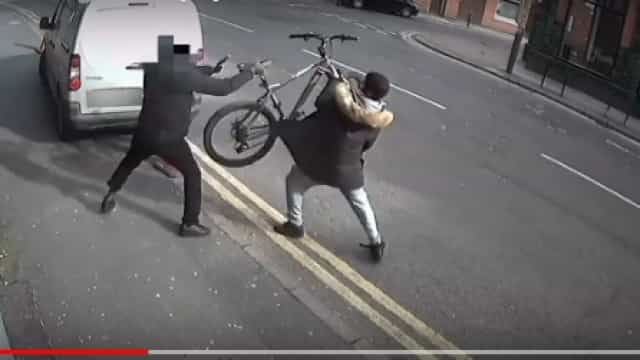 Ciclista atira bicicleta para se defender mas acaba esfaqueado