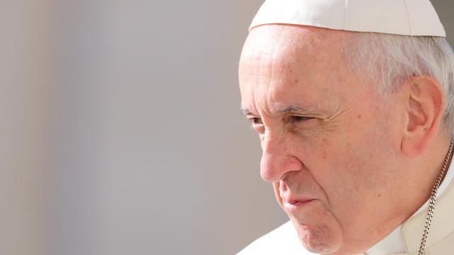 """Papa pede que se deixem as aparências e a """"cultura da maquilhagem"""""""