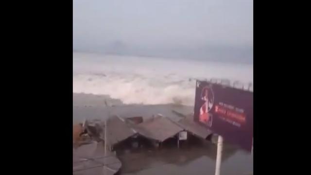 Indonésia: As imagens do momento em que o tsunami invadiu a terra
