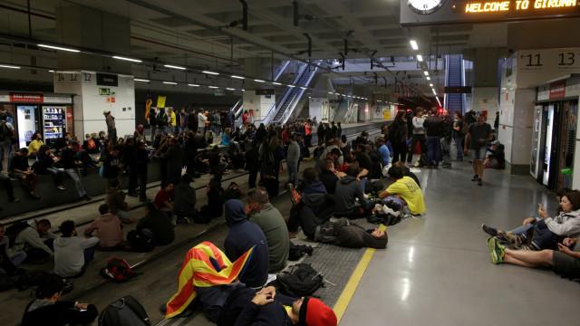 Independentistas bloqueiam estradas e linhas de comboio na Catalunha