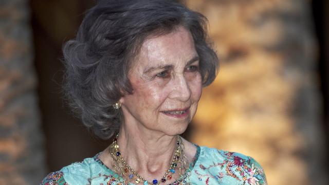 Sofia de Espanha adere a iniciativa e apanha lixo do chão