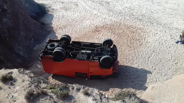 Carrinha cai de falésia para areal de praia em Peniche