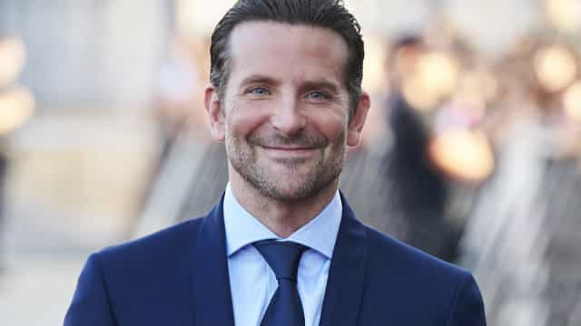 Bradley Cooper exibe elegância na passadeira vermelha