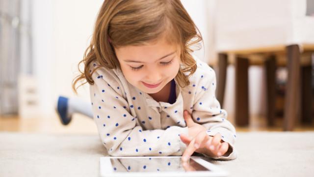Sabemos que faz mal. Mas como é que o uso de ecrãs afeta os mais novos?