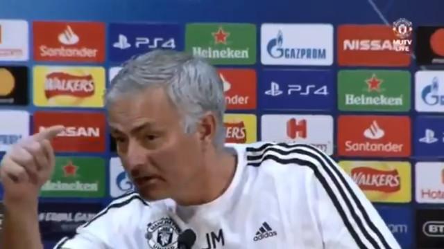 Chamada de Zidane? Mourinho aponta o dedo a jornalista e deixa sala a rir