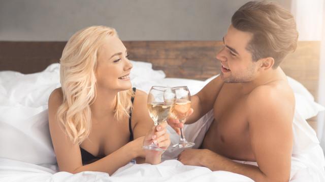 Cientistas apontam bebida que melhora a performance dos homens na cama