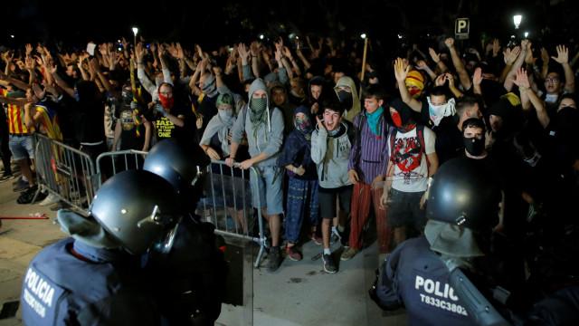 Violência entre polícia e independentistas marca aniversário do referendo