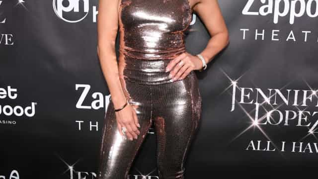Aos 49 anos, Jennifer Lopez exibe abdominais de sonho