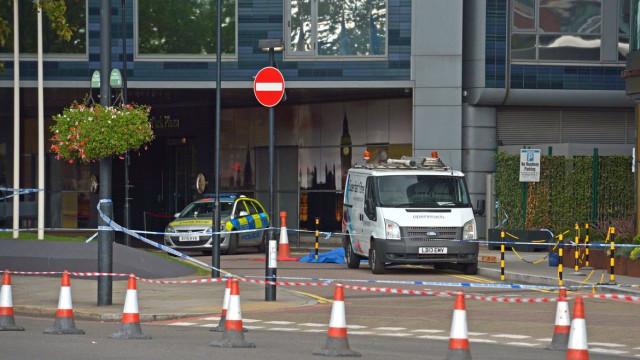 Painel de vidro cai de edifício e mata homem em Londres