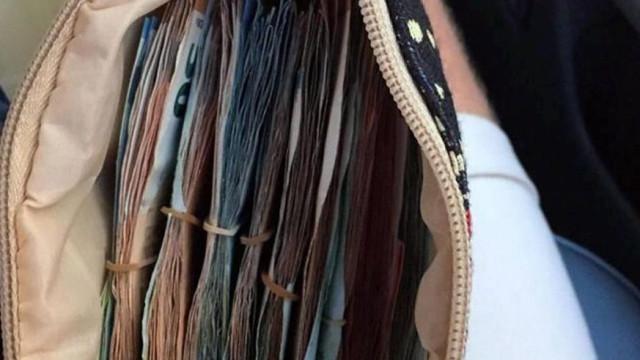 Casal britânico encontra bolsa com dinheiro e devolve-a às autoridades
