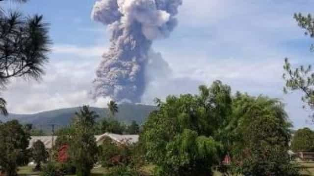Indonésia: Vulcão em erupção após tsunami que matou mais de 1200 pessoas