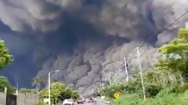 A aflição de quem foge da 'fúria' do vulcão em erupção na Indonésia