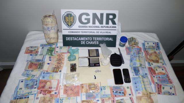 Traficantes de droga apanhados com mais de 700 doses e quatro mil euros