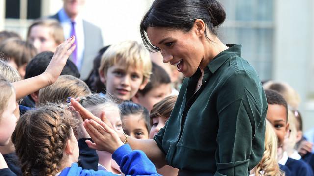 Meghan Markle recebe presente especial de crianças durante visita
