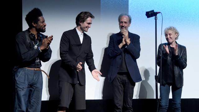 Bermudas e meias: O visual arriscado de Robert Pattinson