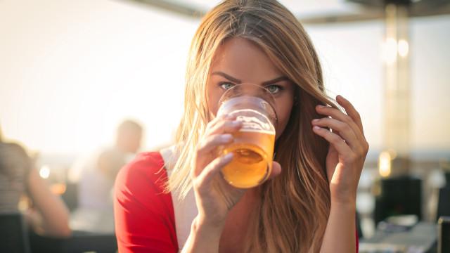 Uma bebida alcoólica por dia eleva risco de aparecimento de 23 doenças