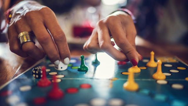 Casal troca emigração em Inglaterra por aventura com jogos de tabuleiro