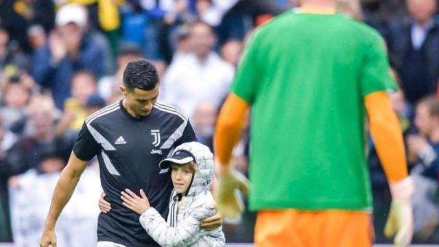 Em campo, Ronaldo tem gesto comovente com jovem adepto rival