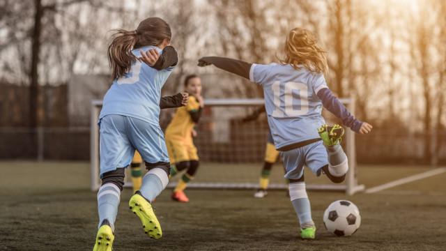 Pais proibidos de gritar e bater palmas em jogos de futebol infantis