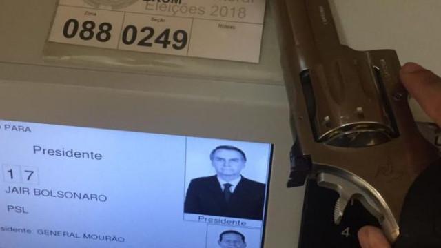 Apoiante de Bolsonaro partilha vídeo onde faz voto com um revólver