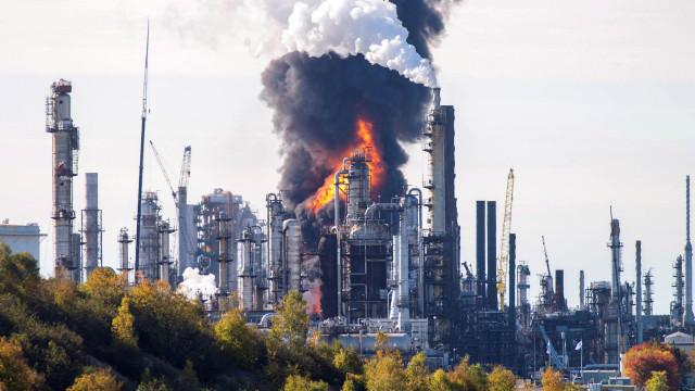 Explosão e incêndio na maior refinaria do Canadá