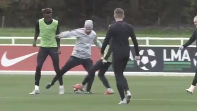 A tremenda maldade de Phil Foden no treino dos sub-21 ingleses