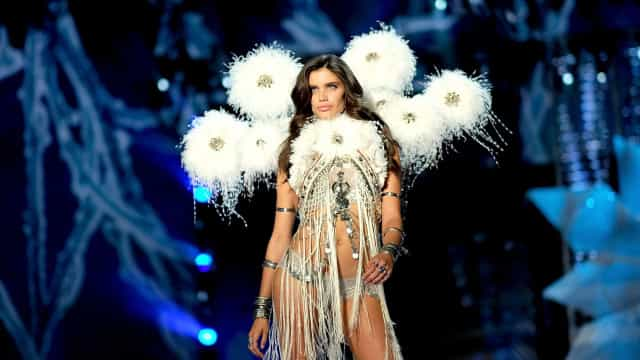 Sara Sampaio lamenta morte de Karl Lagerfeld