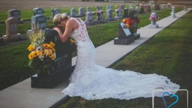 Veste vestido de noiva para homenagear homem com que não chegou a casar
