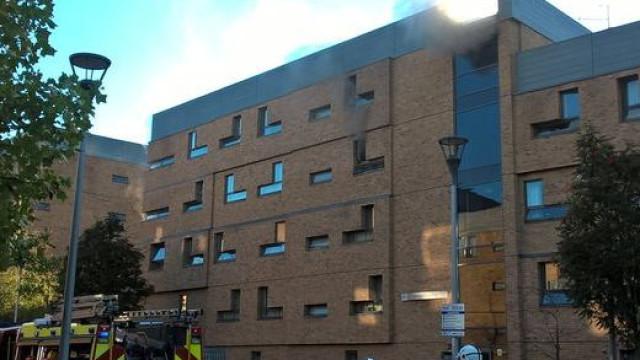 Bombeiros combatem fogo em bloco de apartamentos de estudantes em Londres