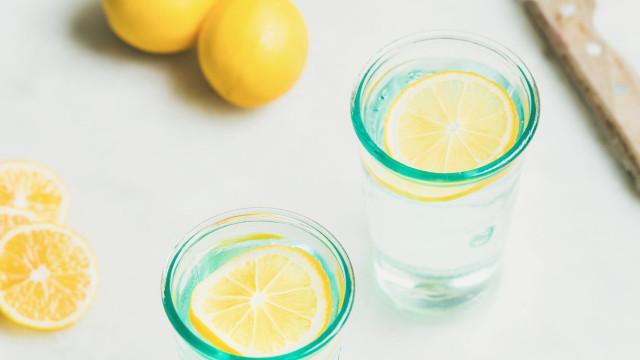 Começar o dia com um copo de água com limão, afinal, não é aconselhado