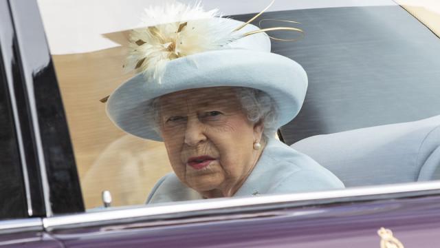 Rainha Isabel II chora a morte de um dos seus cavalos