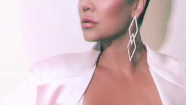 Seis meses após ser mãe, Khloé Kardashian exibe curvas