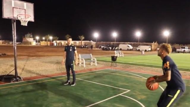 Neymar brilha com os pés. Mas será que faz o mesmo com as mãos?